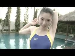 日向泉 競泳水着でストレッチ