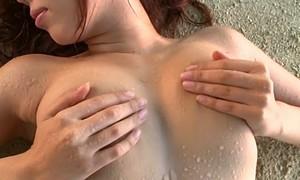 黒木桃子 スタイル抜群の巨乳お姉さんがビーチで手ブラ