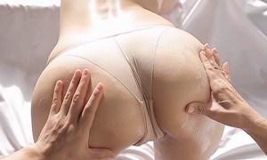 森下まゆみ お尻の割れ目見せながら尻揉みされる
