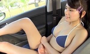 久松郁実 巨乳モデルがビキニで洗車