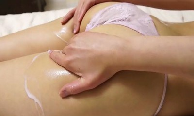 須賀葵 ムチムチエロ尻と股間にクリームを塗る