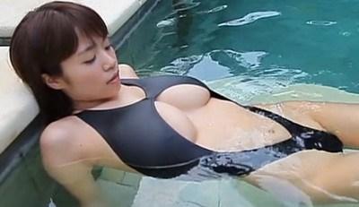 菜乃花 爆乳が競泳水着からはみ出しまくってる